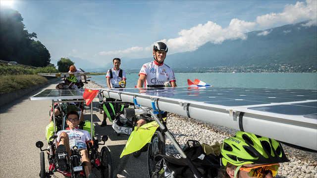 24000里!老外骑太阳能自行车到中国