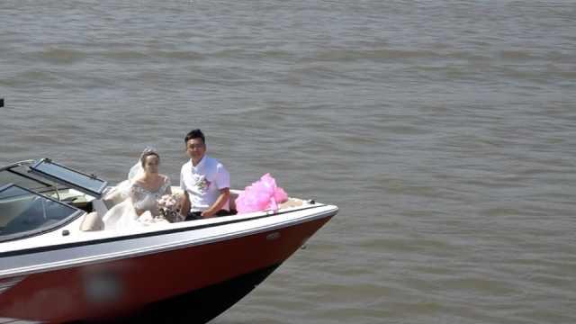 撒狗粮!他策划2年,给老婆水上婚礼