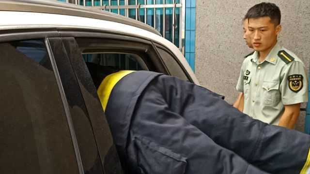 一岁女童被锁车内消防砸窗救娃