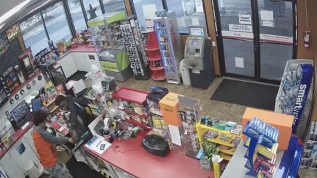 店员晕倒在地,两少年趁机偷东西