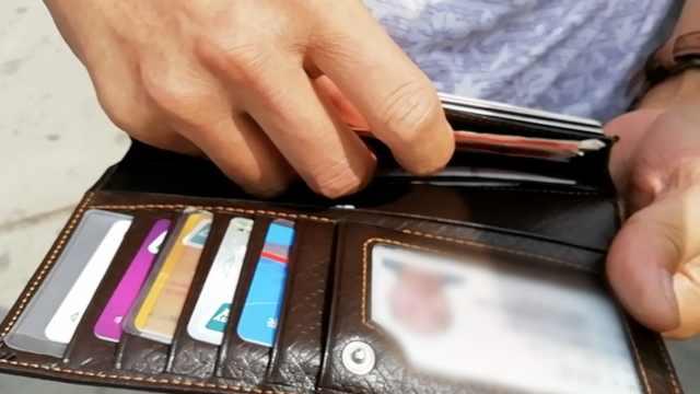 车上多个钱包,的哥凭1张卡找到失主