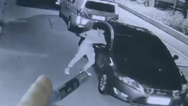 2男子用肘击碎玻璃,盗走16辆车财物