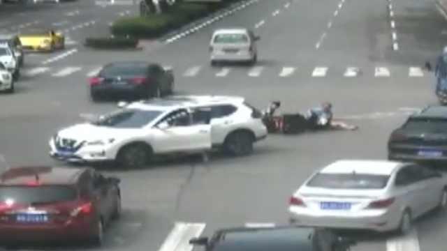 女司机撞人忙下车,忘拉手刹车跑了