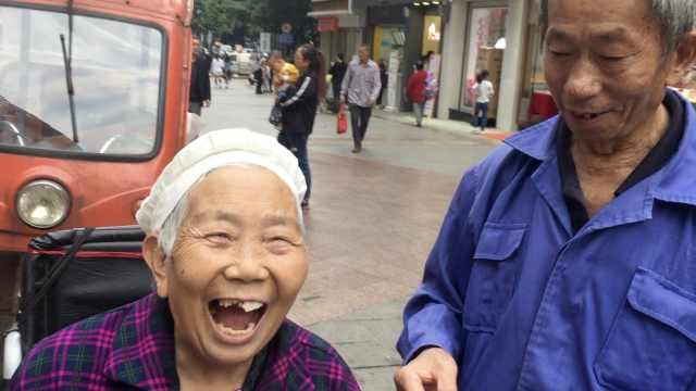 8旬大爷实力宠妻!每天推病妻散步