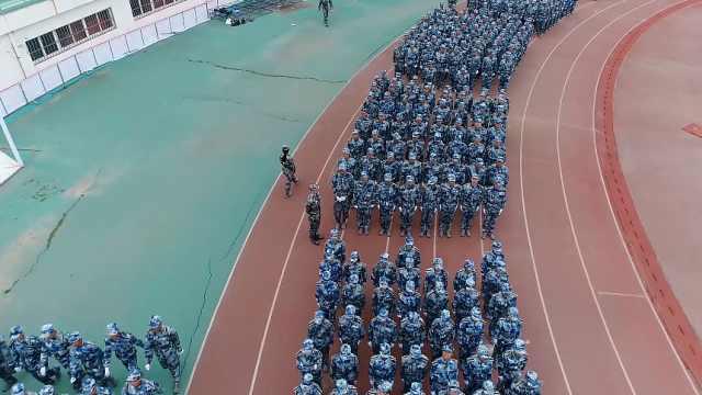 高校军训汇演:辅导员与学生同军训
