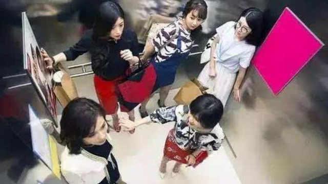 假如电梯突然下坠,人怎样做能保命