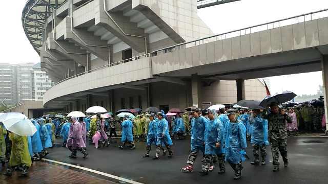 求雨得雨!军训遇大雨,学校发雨衣