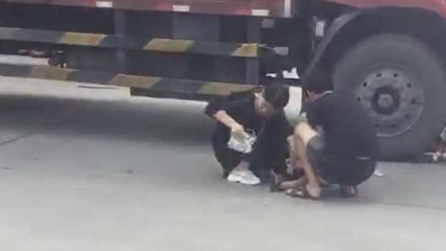 3岁女童被卷入大货车底,碾断右腿