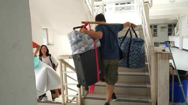 新生行李88斤重,爸爸扁担挑上7楼