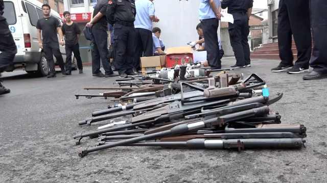警方集中销毁非法枪支管制刀具