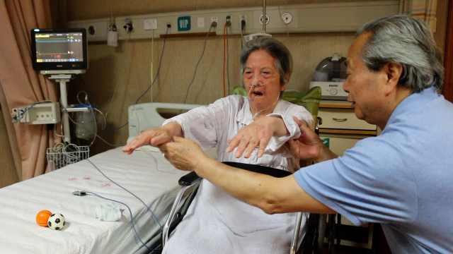 院士照顾病妻10年:每晚敲背1000次