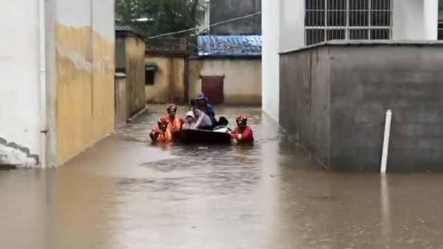 暴雨积水淹没村庄,消防拖船救村民