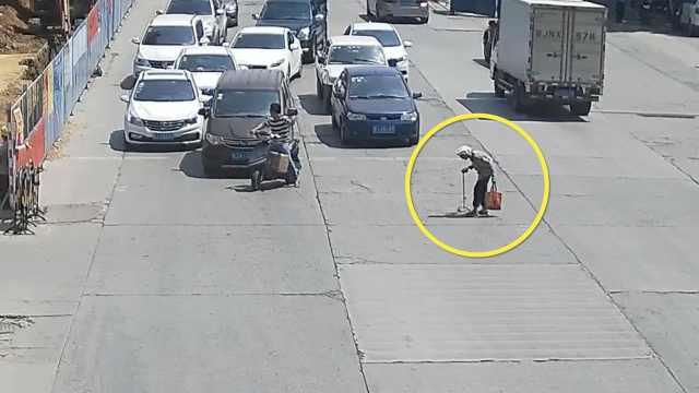 最美路人:他骑车挡车流,护老人过街