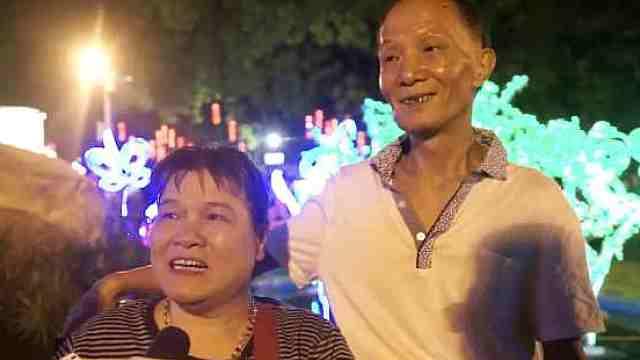 她坐轮椅15年,老伴推她看中秋花灯