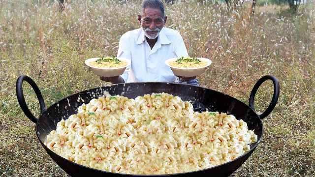暖心印度爷爷为孤儿们做奶酪通心粉