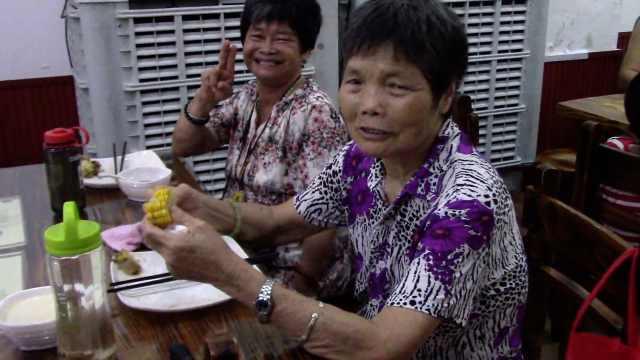 子女太忙,老人来餐厅找同龄人聊天