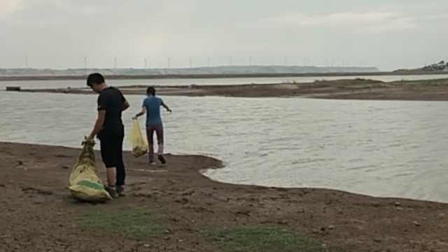 小伙环鄱阳湖捡垃圾,北京迷妹支援