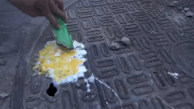 路边窨井盖冒烟发烫,鸡蛋瞬间煎熟