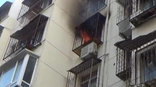 家中無人突發火災,消防破門撲救