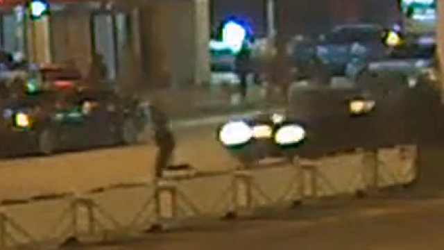 男子翻越隔离护栏,飞奔过马路被撞