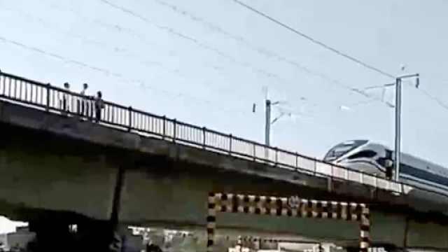 3熊娃翻护栏进铁路玩,动车被逼停