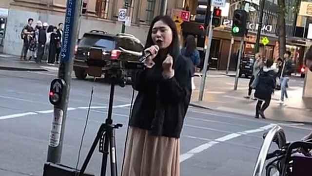喝彩!她在澳街头高唱《歌唱祖国》