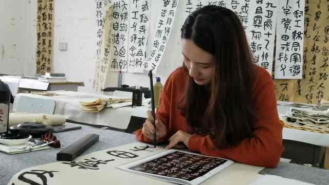 国庆第N种玩法:小姐姐留校写篆字