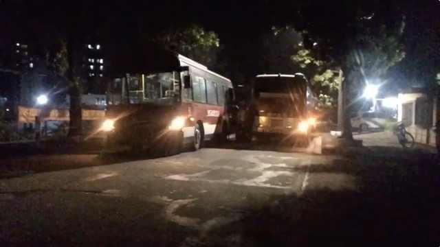 司机推责不加气,公交半路没气堵车