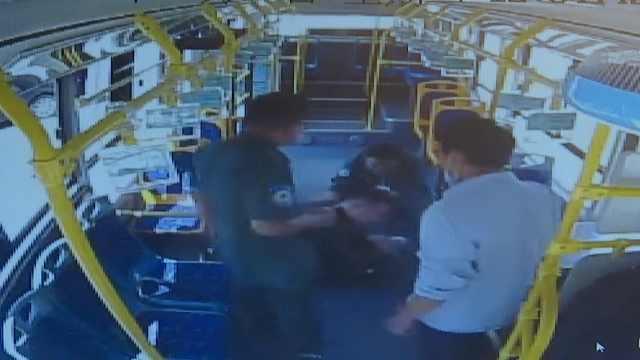 男子公交晕倒,司机紧急送医救人