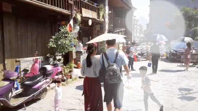 情侣游客穿3套汉服游古巷:有意境