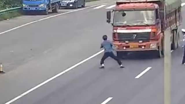 疯狂!男子开货车闯卡,冲向执法人员