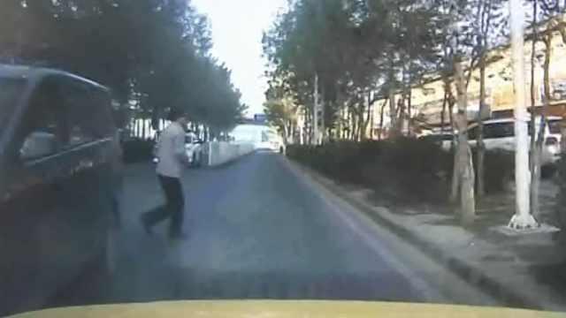 惊魂!男子路中间下车,横穿马路被撞