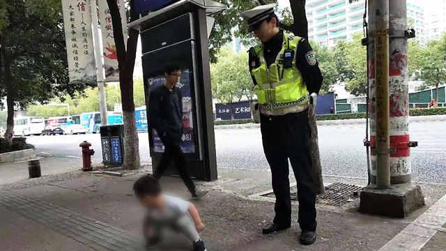 2岁娃走失不让碰,民警紧随找家人