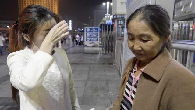 病女车站泪崩,母新疆摘棉给她续命