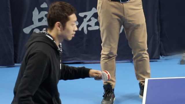 世界冠军许昕炫技,棒棒糖打乒乓球