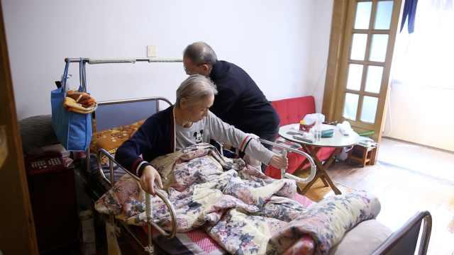 6旬翁照顾瘫妻14年:太忙,没有爱好