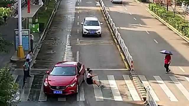 女子过路口被撞,司机未礼让负全责