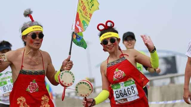 聋哑夫妻跑马拉松,穿肚兜5年34场