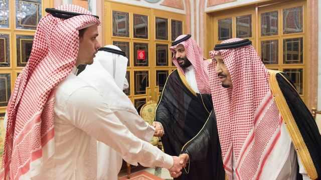 沙特国王及王储接见遇害记者的家人