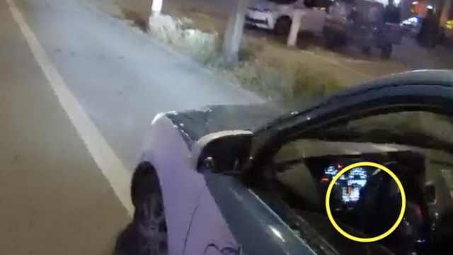 的哥开车竟追剧,交警叫停都没听见