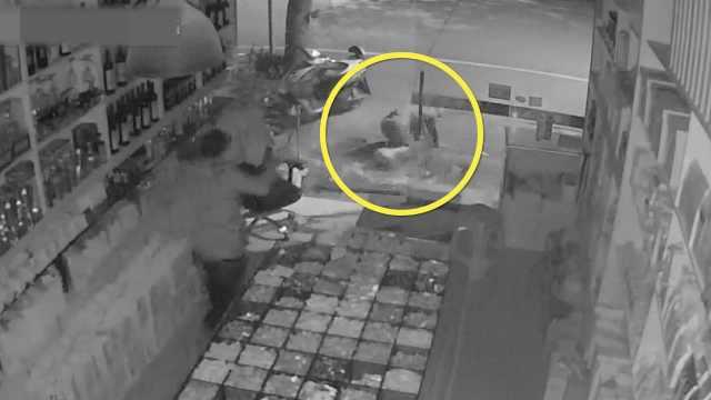 蟊贼遇假睡老板,飞身撞碎玻璃门逃