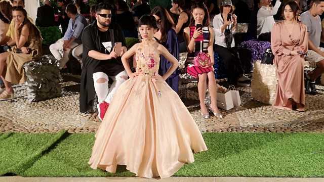 厉害了!6岁小模特走秀米兰时装周