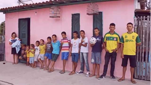 巴西夫妇生一支足球队,替补也有了
