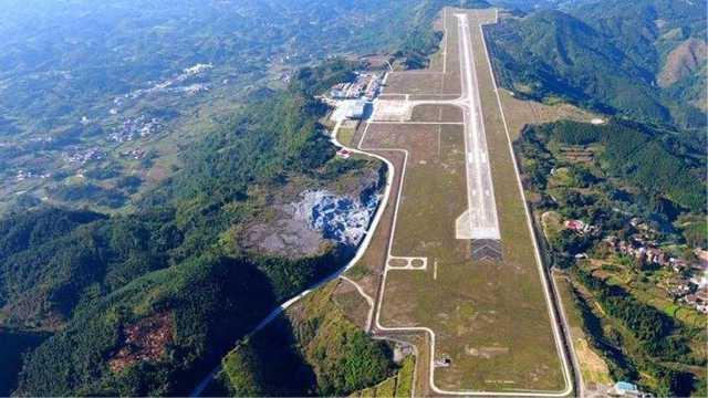 """被称作""""山顶航母""""的广西河池机场"""