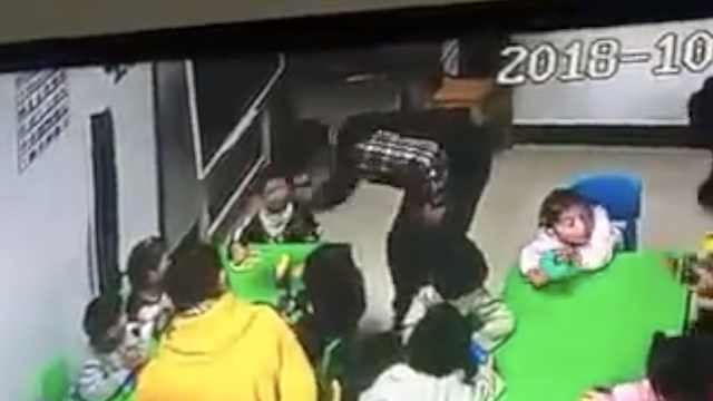 女儿脸被咬,父闯幼儿园怒扇2岁男童