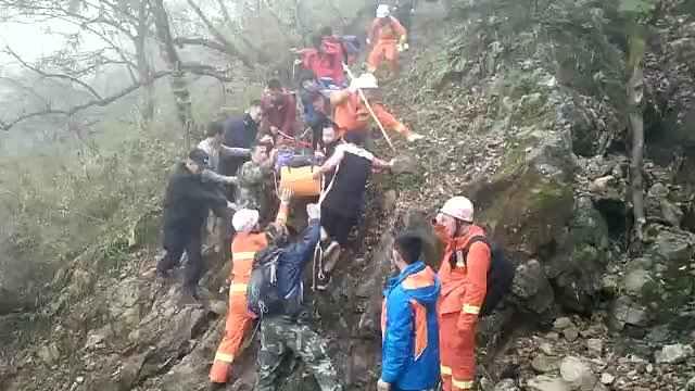 她爬山坠20米悬崖,消防抬3小时送医