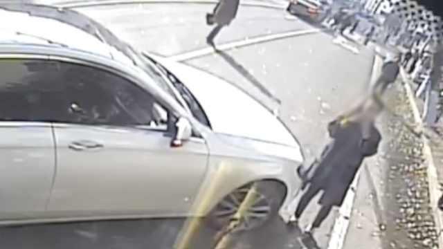 疑公交刮倒2骑车人,奔驰女司机别停