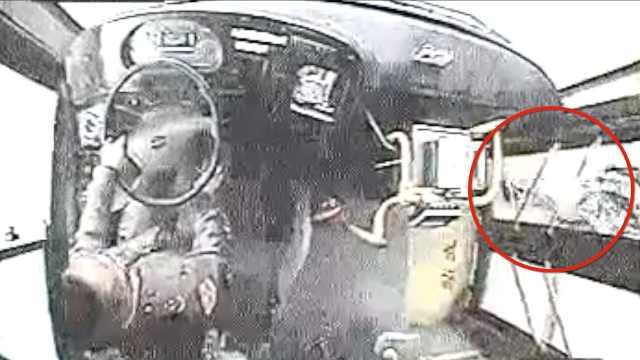 母亲下车被门夹,他骂司机还踹车门