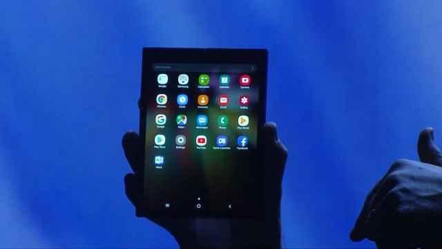 三星可折叠屏手机亮相:可左右开合