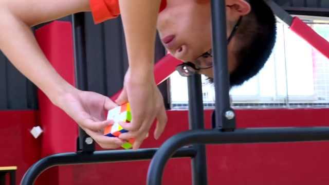 中国男孩倒挂还原魔方创造世界纪录